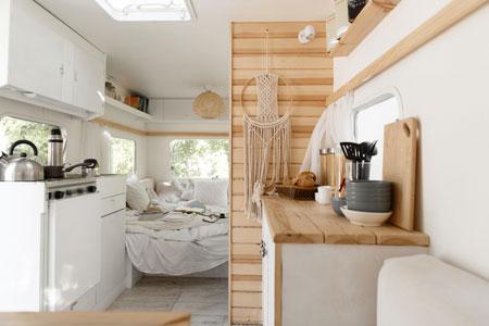 autocaravana-con-cocina-y-sala-de-estar